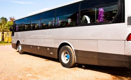 Roues de bus de la vue de côté de la voiture. Banque d'images - 12271496