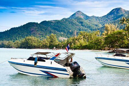 Bateau rapide dans la mer, vue aérienne en Thaïlande
