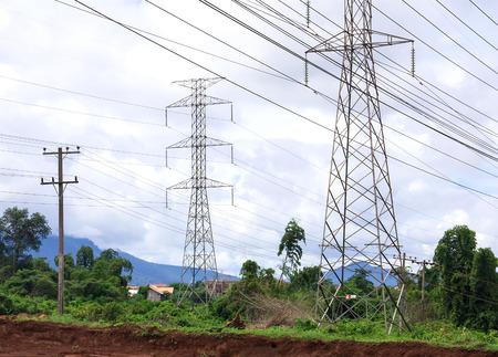 torres el�ctricas: Torres de energ�a de alta tensi�n fueron instaladas por el pueblo.