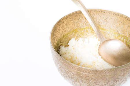 alms: arroz en un taz�n para dar limosnas a un monje budista Foto de archivo