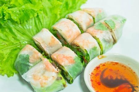 ベトナム料理豚肉海老サラダロールします。