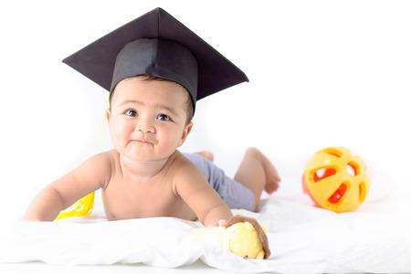 niño sin camisa: Bebé asiático que llevaba una gorra negro de graduación Foto de archivo