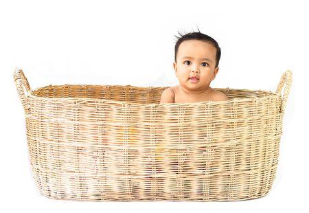 bebe sentado: Bebé asiático en cesta en el fondo blanco