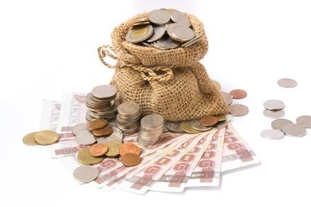 Moedas do dinheiro no saco isolado no branco