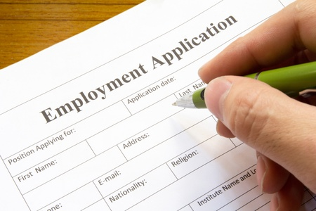 """mão do homem com uma caneta-tinteiro sobre branco """"pedido de emprego"""""""