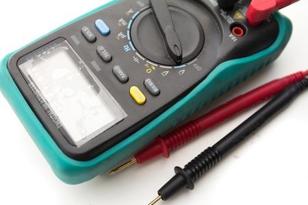 determining: mult�metro digital para determinar la corriente el�ctrica. en el fondo blanco