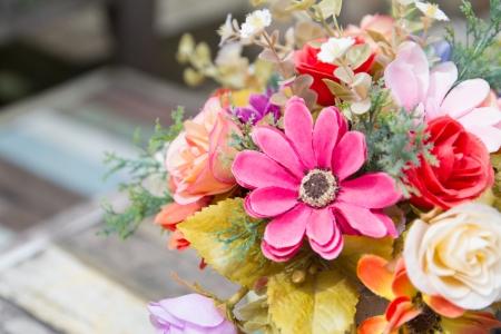 coloridas flores de vasos de decora��o de mesa de madeira Imagens