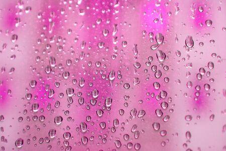 figuras abstractas: Gotas de agua formada en las figuras abstractas de cristal