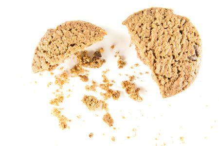 Biscoitos de chocolate isolado no fundo branco.