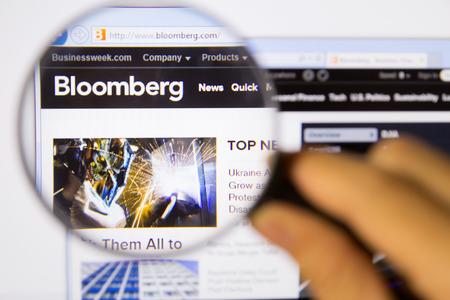 방콕, 태국 -2010 년 4 월 20 일 : bloomberg의 사진 돋보기를 통해 모니터 화면에 홈페이지를 모니터링합니다. 스톡 콘텐츠 - 27694874