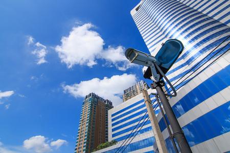 Sistema de câmera guardando azul edifício de escritórios arranha-céus com o céu acima Imagens