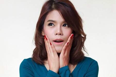 astonishment: Mujer joven est� sosteniendo su cara de asombro