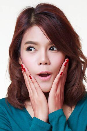 asombro: Mujer joven est� sosteniendo su cara de asombro