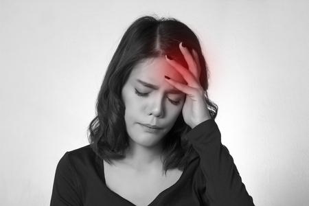 dolor de cabeza: Dolor de cabeza. Mujer asi�tica joven que tiene un dolor de cabeza
