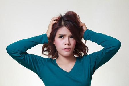 Stress. Beklemtoonde vrouw is gek trekt haar haren in frustratie.