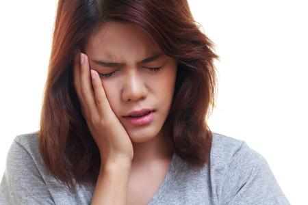 Femme adolescent appuyant sur sa joue meurtrie avec une expression douloureuse comme si elle ayant un mauvais mal de dent.