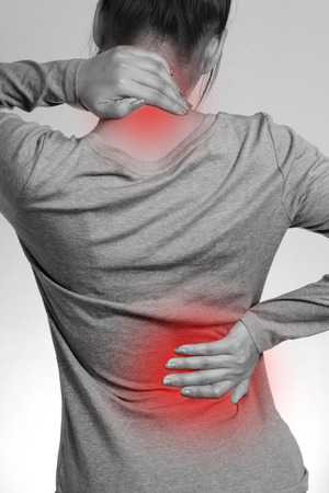 mujeres de espalda: Mujer con dolor de espalda dolor y dolor de cuello Foto de archivo