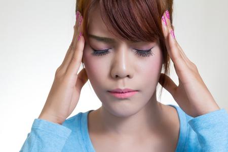 dolor de cabeza: Mujer asi�tica joven con dolor de cabeza, migra�a, el estr�s, el insomnio, la resaca Foto de archivo