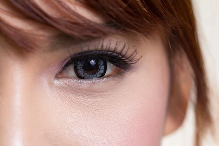 콘택트 렌즈 회색 색상으로 아시아 여자 눈의 근접 촬영 스톡 콘텐츠