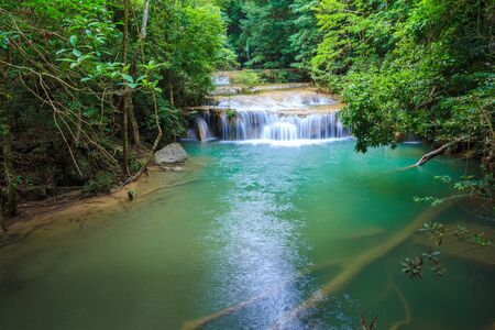 Wasserfälle im tiefen Wald am Erawan Wasserfall im Nationalpark Kanchanaburi Thailanduri