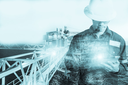 Doble exposición de Ingeniero o Técnico hombre con casco de seguridad operado plataforma o planta mediante el uso de tableta con petróleo costa y fondo de la plataforma de gas para petróleo y gas concepto de negocio Foto de archivo - 93294472