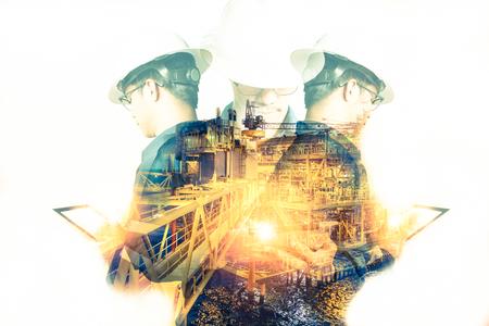Dubbele blootstelling van ingenieur of technicus man met veiligheidshelm geëxploiteerd platform of plant met behulp van tablet met offshore olie- en gasplatform achtergrond voor olie- en gasindustrie concept Stockfoto