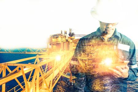 엔지니어 또는 기술자 남자의 두 번 노출 석유 또는 가스 비즈니스 개념에 대 한 근해 석유와 가스 플랫폼 배경 태블릿을 사용 하여 안전 헬멧 운영 플
