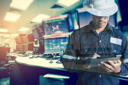 Double exposition d'Ingénieur ou Technicien en chemise travaillant avec tablette dans la salle de contrôle de plate-forme pétrolière et gazière ou industrielle industrielle pour le processus de surveillance, le concept commercial et industriel