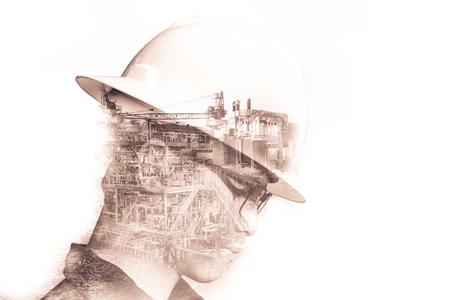 Doppia esposizione dell'uomo di ingegnere o tecnico con piattaforma o impianto azionato da casco di sicurezza usando la tavoletta con la priorità bassa della piattaforma del petrolio e del gas offshore per il concetto di petrolio e di gas. Archivio Fotografico - 77812929