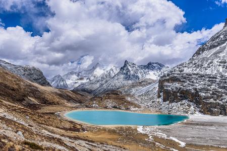 그린 무서 워 우유 호수, Yading, Daocheng, Si Chuan Province의 높은 고도에서 niunai 호수라고도합니다. 스톡 콘텐츠
