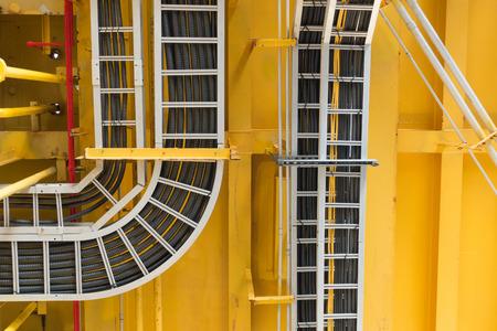 전기 배선이있는 케이블 트레이는 해양 플랫폼의 천장에 배치됩니다.