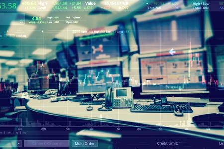 컴퓨터와 비즈니스에 대 한 그래프 비즈니스 주식 거래 실의 이중 노출 무역 개념입니다.
