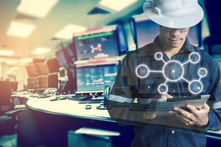 엔지니어 또는 기술자의 이중 노출 컴퓨터의 모니터와 함께 태블릿을 사용하는 동안 비즈니스 산업 도구 아이콘 남자 석유와 가스 산업 비즈니스 개념 스톡 콘텐츠