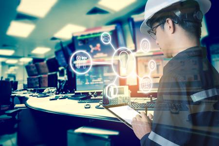 Dubbele blootstelling van ingenieur of technicus man met zakelijke industriële gereedschapspictogrammen tijdens het gebruik van tablet met monitor van computers kamer voor olie en gas industriële bedrijfsconcept. Stockfoto