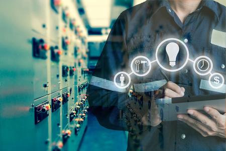 엔지니어 또는 기술자의 이중 노출 스위치 기어 전기 태블릿을 사용 하여 남자 석유 및 가스 플랫폼 또는 도구 산업 도구 아이콘, 비즈니스 및 전기 산