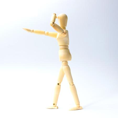 marioneta de madera: Muñeca de madera con la mirada de la emoción para el concepto del negocio del éxito en el fondo blanco.