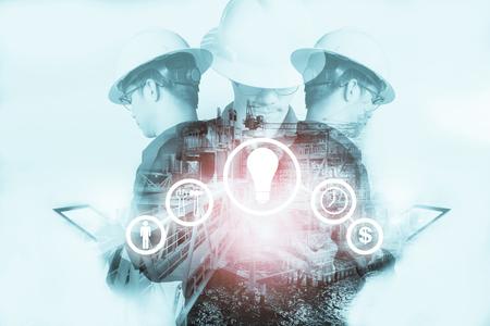 Doble exposición del hombre ingeniero o técnico con iconos de herramientas de la industria para el negocio de gestión mediante el uso de tableta con casco de seguridad y uniforme para el concepto de negocio industrial de petróleo y gas. Foto de archivo