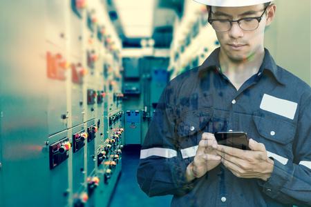 엔지니어 또는 기술자의 이중 노출 전기 스위치 기어에서 전기 스마트 휴대 전화를 사용하는 사람 기름과 가스 플랫폼 또는 모니터 프로세스, 비즈니