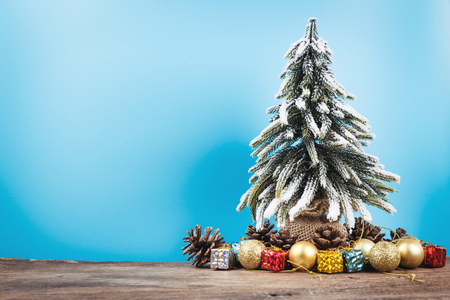 Christmas or New Year background with pine tree of Xmas decorations and fir branches, blank space for a greeting text on wooden board. Stockfoto