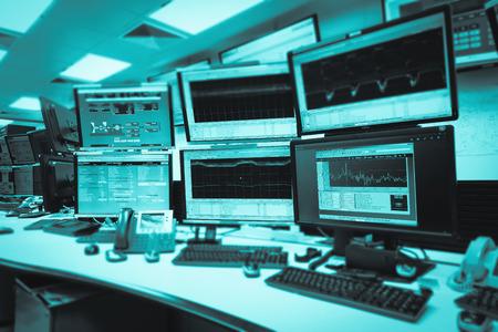 Sala de control del sistema TI con muchos monitores en una instalación de alta tecnología que funciona en vigilancia, redes neuronales y minería de datos.
