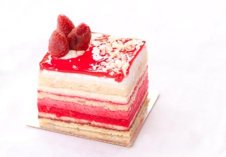 rebanada de pastel: fresa almendra aislada sobre fondo blanco Foto de archivo