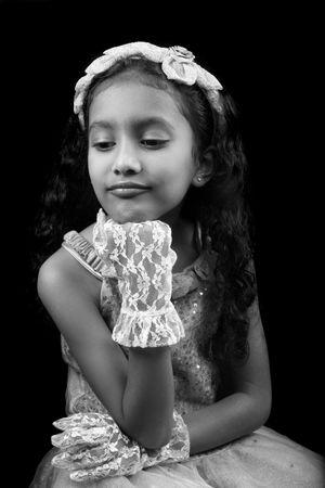 ni�os actuando: Un cl�sico de la blanco y el negro, imagen de cuento de hadas-como de una princesa India triste pouting.