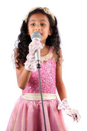 ni�o cantando: Un retrato de una ni�a India bonita en una interpretaci�n de canto, sobre fondo blanco.
