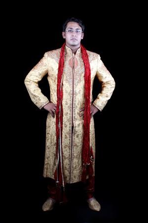 Un jeune homme indien dans un habit traditionnel pour un hindou mari�. Banque d'images - 6904704