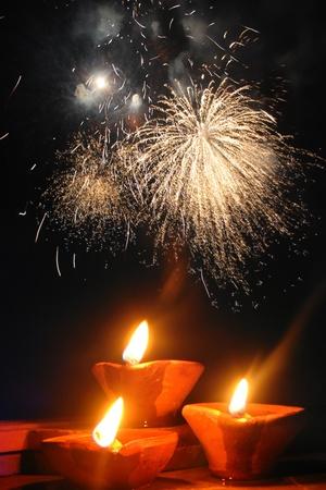 earthen: Una immagine perfetta che mostra la celebrazione del Diwali festival con lampade tradizionali e fuochi d'artificio sullo sfondo. Archivio Fotografico