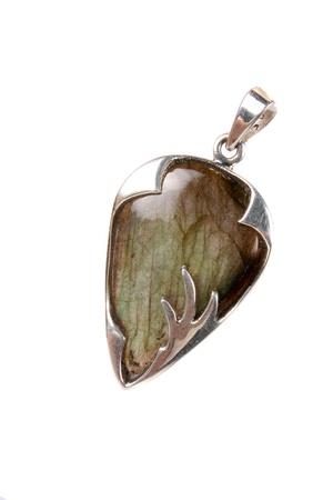 crystal healing: Un ciondolo labradorite in argento utilizzati come gioielli o in terapie alternative come la guarigione con i cristalli e l'astrologia, isolato su sfondo bianco studio