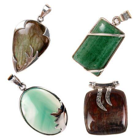 terapias alternativas: Un conjunto de colgantes de plata con jade verde, verde �nix, jaspe y piedras labradorita utiliza como joyas o las terapias alternativas, aislado en fondo blanco del estudio