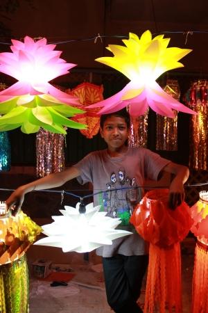 arme kinder: Ein armer indischer Junge zeigt stolz traditionellen Lampen zum Verkauf auf Anlass des Diwali-Fest in Indien.