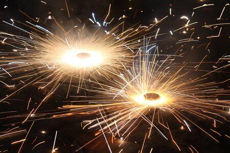 crackers: Una galleta de fuegos artificiales  fuego llamado chakra chakra  bhoo mirando como una bola de fuego que gira, que se utiliza durante el festival de Diwali tradicional en la India Foto de archivo