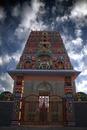 templo: Una antigua puerta del templo indio con architectured tradicionales del sur de la India recientemente coloreado.
